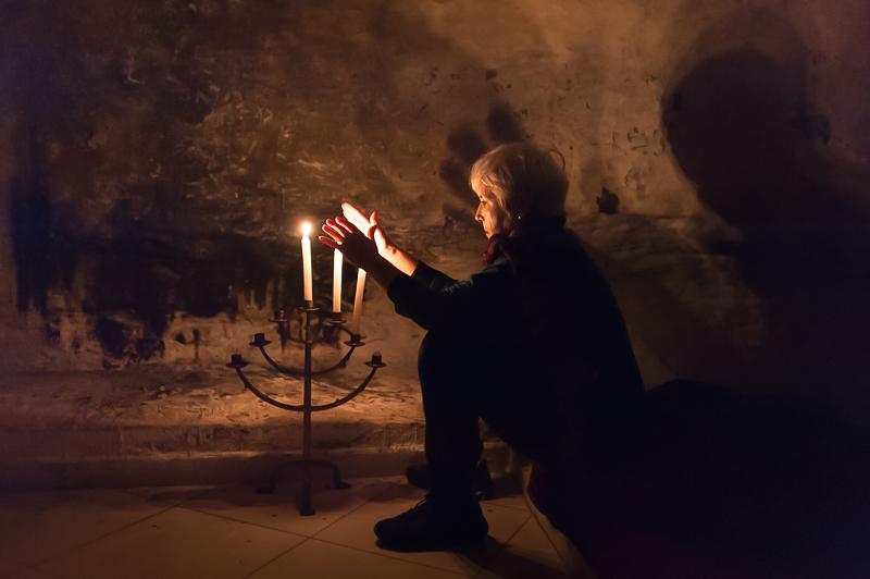 Fanny Merguy allume un chandelier dans la grotte du saint juif Abraham Moul Niss.